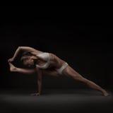 做瑜伽的健康拉丁美州的妇女 免版税库存图片