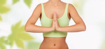 做瑜伽的匿名妇女 库存照片