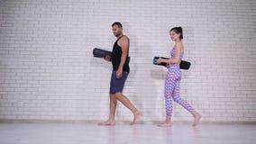 做瑜伽的夫妇在演播室 免版税图库摄影
