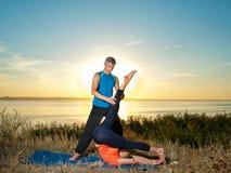 做瑜伽的夫妇行使户外 免版税库存照片