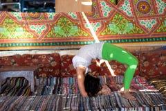 做瑜伽的女孩户内 免版税库存图片