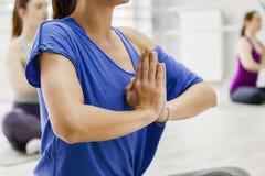 做瑜伽的女性 免版税库存图片