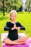 做瑜伽的小女孩 免版税库存图片