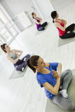 做瑜伽的小组妇女 免版税图库摄影