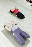 做瑜伽的小组妇女 图库摄影