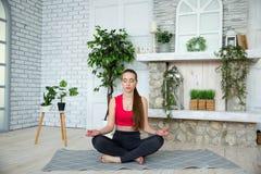 做瑜伽的少妇在早晨公园 图库摄影
