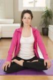 做瑜伽的少妇舒展锻炼 库存图片