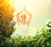 做瑜伽的少妇 免版税库存图片