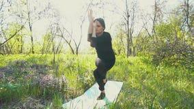 做瑜伽的年轻人孕妇外面 影视素材