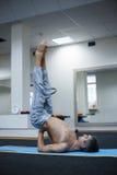 做瑜伽的年轻和英俊的男性 库存图片