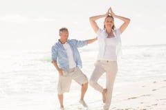做瑜伽的愉快的夫妇 库存照片