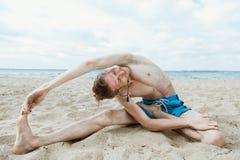 做瑜伽的成人人 图库摄影