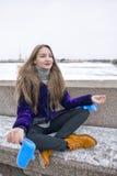 做瑜伽的美丽的女孩户外 图库摄影