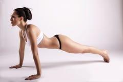 做瑜伽的美丽的女孩 图库摄影