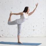 做瑜伽的美丽的运动的少妇 库存图片