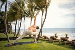 做瑜伽的肌肉人 图库摄影