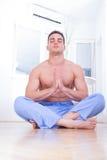 做瑜伽的英俊的胸部赤裸的人 免版税图库摄影