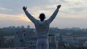 做瑜伽的运动员在屋顶边缘,接受活泼和放松充电  股票视频
