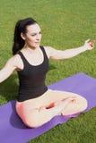 做瑜伽的运动妇女户外 图库摄影