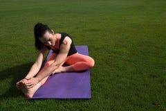做瑜伽的运动妇女户外 库存图片