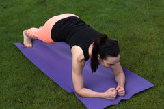 做瑜伽的运动妇女户外 库存照片