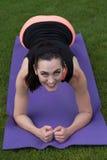 做瑜伽的运动妇女户外 免版税图库摄影