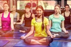 做瑜伽的适合的微笑的小组 库存图片