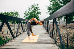 做瑜伽的年轻亭亭玉立的妇女 图库摄影