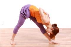 做瑜伽的年轻日本妇女 库存照片