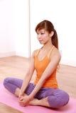 做瑜伽的年轻日本妇女 库存图片