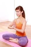 做瑜伽的年轻日本妇女 免版税库存图片