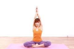 做瑜伽的年轻日本妇女 图库摄影