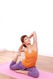 做瑜伽的年轻日本妇女 免版税图库摄影