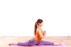 做瑜伽的年轻日本妇女 免版税库存照片