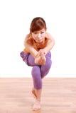做瑜伽老鹰姿势的年轻日本妇女 免版税库存图片