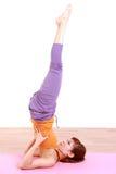 做瑜伽肩膀立场的年轻日本妇女 免版税库存照片