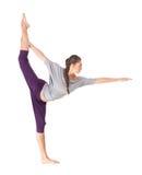 做瑜伽舞蹈姿势的锻炼阁下的少妇 图库摄影