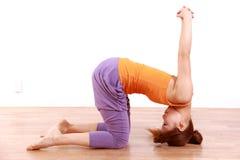 做瑜伽苍鹭姿势的年轻日本妇女 免版税库存图片