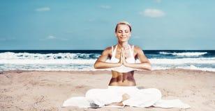 做瑜伽锻炼的俏丽的妇女 免版税库存图片