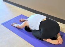 做瑜伽锻炼的女性秀丽 免版税库存照片