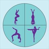 做瑜伽锻炼的妇女剪影 舒展和放松她的在另外瑜伽的灵活的女孩象身体摆在 Colorf 免版税库存图片