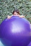 做瑜伽锻炼的小女孩 免版税库存图片