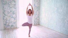 做瑜伽锻炼的白种人女孩 运动女子瑜伽训练 年轻亭亭玉立的运动的女孩握她的手  影视素材