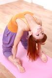 做瑜伽骆驼姿势的年轻日本妇女 库存照片