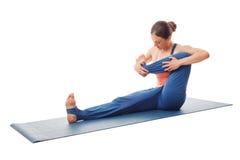 做瑜伽-婴孩晃动的锻炼的妇女 免版税库存照片
