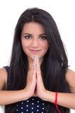 做瑜伽致敬的美丽的女孩 免版税库存照片