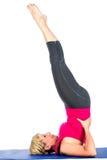 做瑜伽锻炼的中年妇女 免版税库存照片