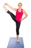 做瑜伽锻炼的中年妇女 免版税库存图片