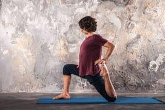 做瑜伽锻炼的人 实践的瑜伽 免版税库存图片