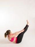 做瑜伽锻炼的妇女 库存图片